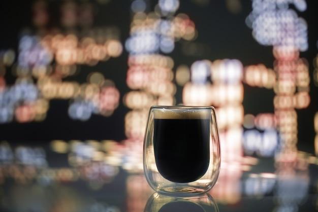 夜の街でコーヒーを一杯