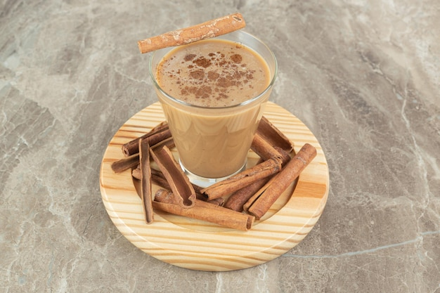 木の板にシナモンとコーヒーのグラス