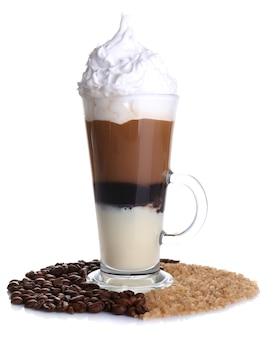 白で隔離のクリームとチョコレートとコーヒーのガラス
