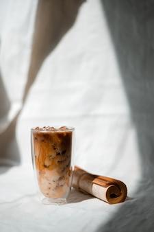 테이블에 우유와 커피 한잔