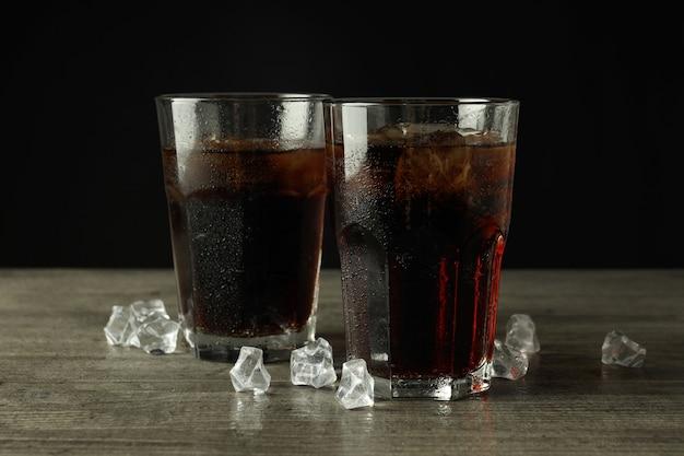 회색 질감 테이블에 콜라와 얼음 한 잔.