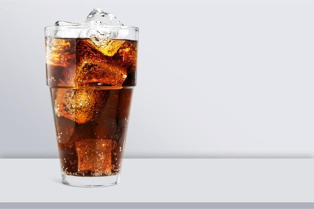Стакан колы с кубиками льда