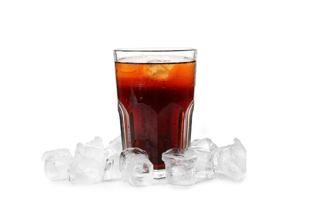 흰색 배경에 고립 된 얼음과 콜라의 유리.