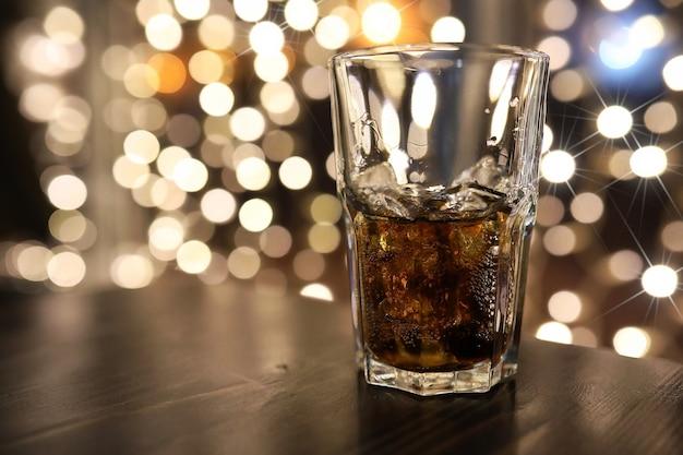 테이블에 얼음을 넣은 차가운 알코올 음료 한 잔
