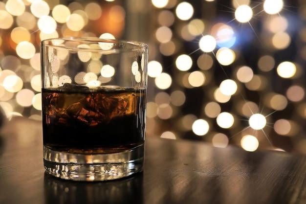テーブルの上の氷と冷たいアルコール飲料のガラス