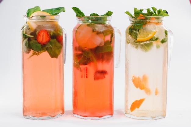 Стакан коллекции холодных фруктовых напитков изолирован