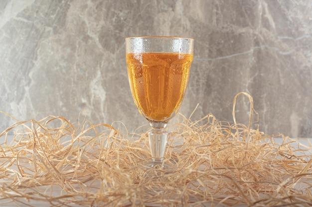 대리석 표면에 차가운 레모네이드 한 잔
