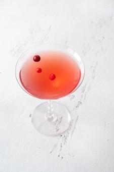 クランベリーを添えたコスモポリタンカクテルのグラス