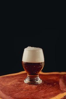 黒い表面にクラフトビールのガラス