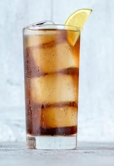 Бокал коктейля cuba libre с долькой лайма