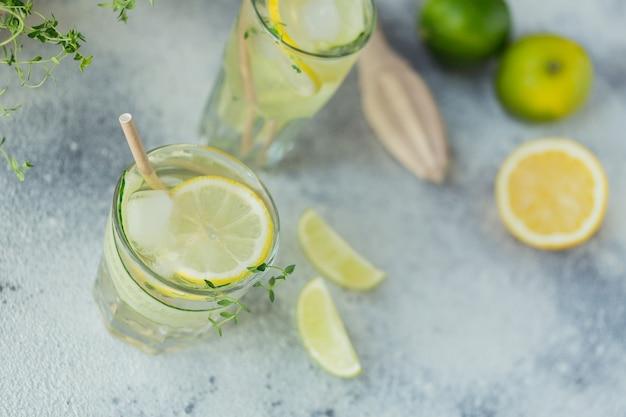 Стакан огуречного коктейля или безалкогольного коктейля, освежающего летнего напитка с колотым льдом и газированной водой на деревянной поверхности