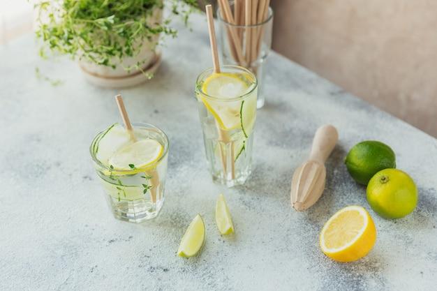 木製のテーブルにキュウリの炭酸飲料のガラス