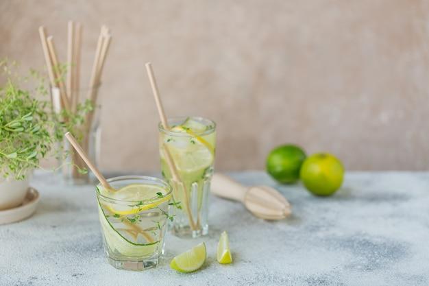 木製のテーブルにキュウリの炭酸飲料のガラス。夏の健康的なデトックス注入水、レモネードまたはカクテル