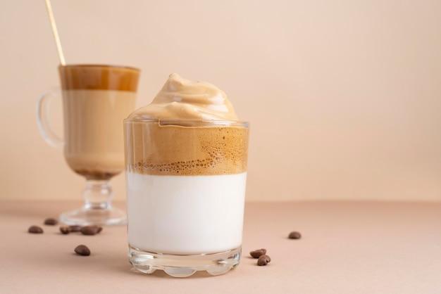 テーブルの上のダルゴナコーヒーのガラス
