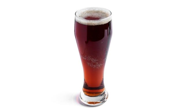 白で隔離される暗いビールのガラス。