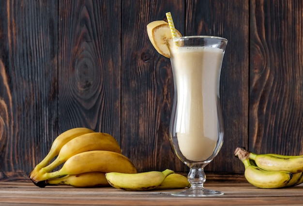 나무 테이블에 더러운 바나나 칵테일 한 잔