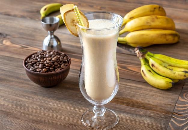나무 테이블에 재료로 더러운 바나나 칵테일 잔