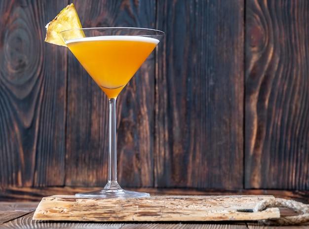 パイナップル ウェッジを添えたダウンヒル レーサー カクテルのグラス