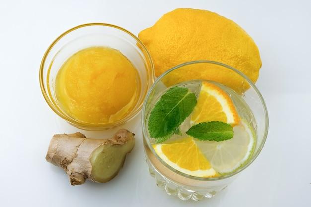 柑橘系のジュースと飲み物のガラス、