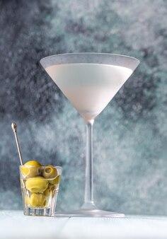 グリーンオリーブとドライマティーニのグラス