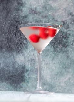 ドライマティーニとレッドオリーブのグラス