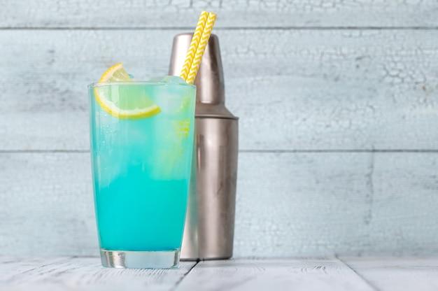 レモンを添えた電気レモネードカクテルのグラス
