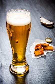 나무에 신선한 맥주 한 잔.