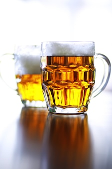 나무 테이블에 신선한 맥주 한 잔. 돌 테이블에 라거 맥주 머그입니다. 복사 공간이 있는 상위 뷰