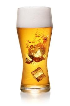 클리핑 패스와 함께 흰색 배경에 고립 된 얼음 조각으로 신선한 맥주의 유리