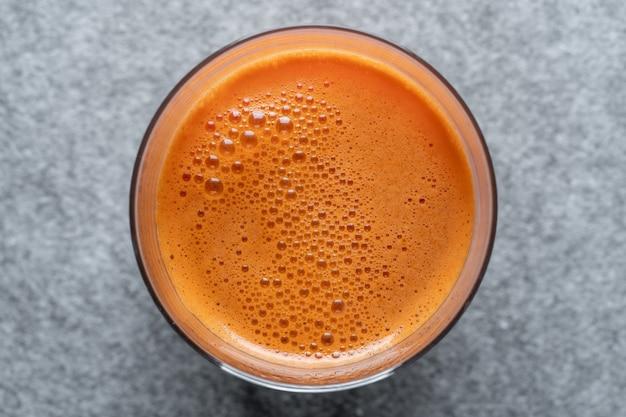 신선한 당근 주스 배경, 평면도, 유리를 닫습니다. 건강 식품 개념