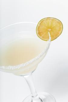 白の新鮮なカクテルのグラス