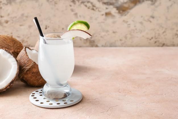 테이블에 신선한 코코넛 물 한 잔