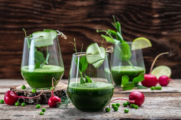 オーガニックグリーンとライム、デトックススムージー、グリーンフレッシュピース、キュウリ、ほうれん草、ライムを添えたフレッシュグリーンスムージーのグラス。健康的なデトックスドリンク。