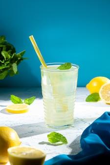 Стакан свежего домашнего вкусного лимонада с copyspace. вертикальный формат.
