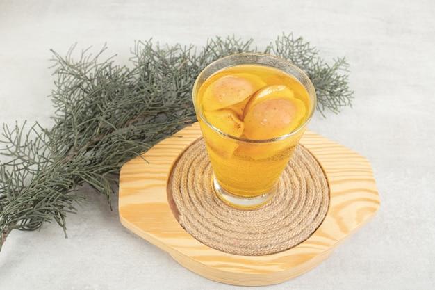 Стакан свежего лимонада с кусочками фруктов