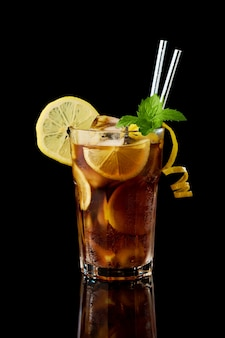 Стакан свежего лонг-айлендского коктейля со льдом на черном фоне