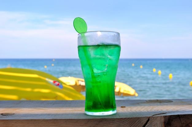 新鮮なミント水のグラス