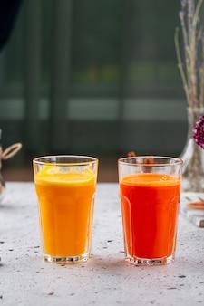 Стакан свежего апельсинового и морковного сока