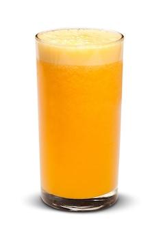 白い表面に分離された新鮮なオレンジジュースのガラス