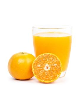 白で分離された新鮮なオレンジジュースのガラス