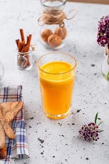 Стакан свежего апельсинового сока на светлом фоне
