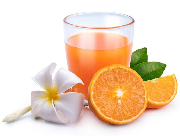 クリッピングパスと、白い背景で隔離のオレンジ色の果物と新鮮なオレンジジュースのガラス。