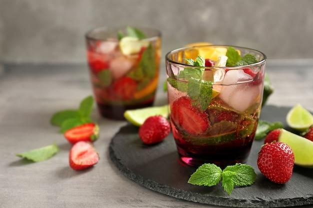 슬레이트 접시에 신선한 딸기 레모네이드의 유리