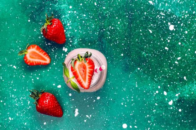 Стекло свежего milkshake клубники, smoothie и свежей клубники, здоровой еды и концепции питья.