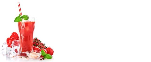 新鮮なトマトジュース、バジル、白い背景で隔離のトマトのガラス。コピースペースあり