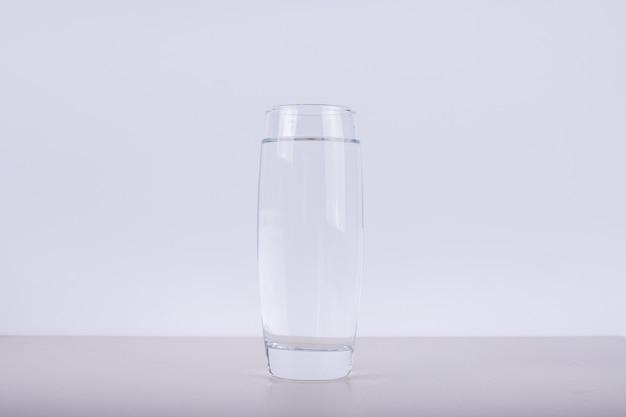 真水のグラス。