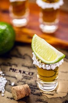 古いメキシコの地図と金のテキーラのガラス