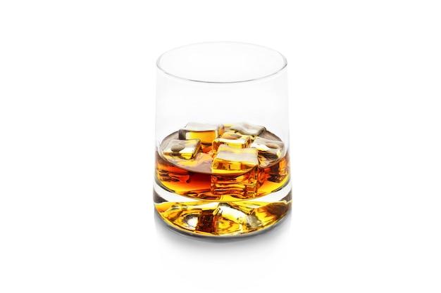 흰색으로 분리된 얼음 조각, 위스키 또는 코냑을 넣은 황금 알코올 한 잔.