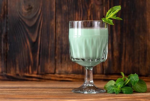 Стакан коктейля grasshopper с мятой и тертым шоколадом