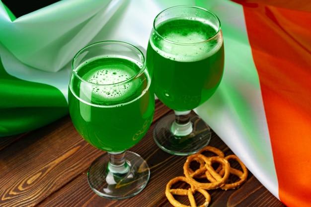 アイルランドの旗に対して緑色のビールのガラス